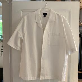 Aldri brukt oversized shirt fra H&M. Den er fått noe blåfarge på armen, men dette vil jeg tippe går av i vask.