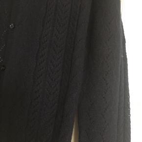 Cashmere cardigan i tyk lækker kvalitet fra franske Eric Bompard. Str M men svarer til dansk s