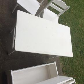 Slagbænk, bord og to stole til børn. Malet hvidt, trænger til at blive slebet og malet igen. Du er altid velkommen til at byde en anden pris. Står pt i Smidstrup men kan komme til Frederiksberg:-)