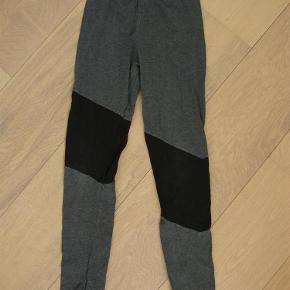 Varetype: Molo leggings str. 140Størrelse: 10år Farve: Se foto  Molo leggings str. 140. Ikke brugt specielt meget men sat underslidt pga. lille rep ved ene ben (se foto)  Byd!