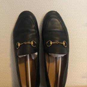 BYD Jeg har ALT til skoen, pose, bag, tag, bon, æske osv.  Som ses på billederne, har spidsen af skoen lidt slid, der er sat en beskyttende sål på bunden af skoen, for at bevare læderbunden bedst.