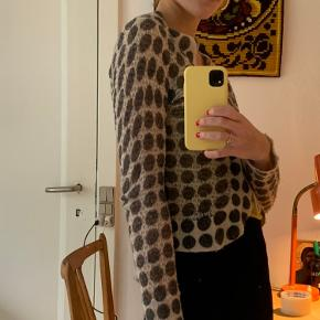 ⭐️ Fin cardigan ⭐️  🦋 Str. S 🦋 Super cute 🦋 Strikket materiale   Placering: Aarhus, Trøjborg (Varen kan afhentes på min adresse, hvis ønsket)   Søgeord: Retro, Vintage, 00'er, 90'er, 80'er, 70'er, 60'er, secondhand, genbrug, lopper, lises retro og vintage garderobe
