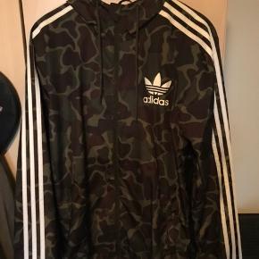 Sælger denne lækre Adidas sommerjakke. Den er brugt 1 gang, men kan slet ikke ses. Jakken er perfekt til det kommende vejr. Den fitter mig på 178 perfekt