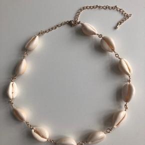 Sælger denne muslinge halskæde, da jeg aldrig har fået den brugt ☀️🌴  Køber betaler fragt ❤️
