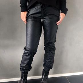 Læder lignende bukser, gået med meget lidt :)