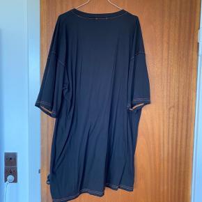 T-shirt kjole i størrelse 46. Brugt én gang  Kan sendes eller afhentes på Frederiksberg