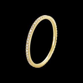 Denne Classique ring fra Georg Jensen består af 18 kt. guld med diamanter. Hver diamant udgør 0,004 ct.  Ringstørrelse 48 har samlet 0,20 ct.  Ringen er købt i 2013 til 6.975 kr. og er i str. 48. (kvittering kan fremsendes)  Bemærk at det er den smalle udgave - der finde to forskellige bredder i serien Classique.  Obs! Ringen er kun til salg, så der byttes ikke.