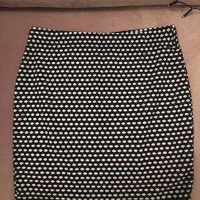 Mærke: Sparkle & Fade Købt i Urban Outfitters Sidder godt til - men er meget stretchy, så den strammer ikke