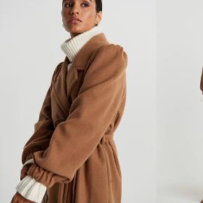 Smuk frakke fra Gina. Brugt maks 5 gange, kort. Er derfor i super fin stand:-)  Købt i 40 for oversize look, men passer også almindelig 38.