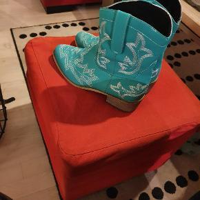 Fine grønne støvler sælges  Str 41  Kun lige prøvet på