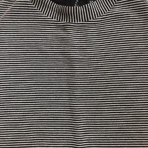 Fin enkel sommerkjole med lukning i halsen. Polyester/bomuld
