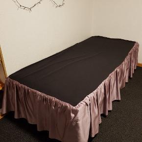 Sengekappe til enkelt boksmadras. Til hjørne. Super fin til fx pige eller gæsteværelset.