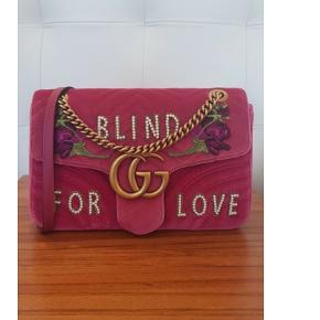 """>>>>>Limited Edition<<<<< Be one of a kind              Be """"BLIND FOR LOVE""""  Original pris: 16.400kr. Jeg sælger tasken til 14.500kr. (bytter ikke). Har desværre ikke kvittering på den, da jeg fik den som gave. Posen og æsken medfølger.  Har du et bud på hjertet, skriv endelig. Jeg overvejer gerne de bud der er i nærhed af de 14.500.  """"MP"""" - besvares ikke, kom hellere med et tal.  Pakken bliver send med Dao, med mindre andet ønskes.  The medium GG Marmont chain shoulder bag has a softly structured shape and an oversized flap closure with Double G hardware. The sliding chain strap can be worn multiple ways, changing between a shoulder and a top handle bag. Made in embroidered chevron velvet with a heart on the back.  Cobalt blue chevron velvet with heart  Antique gold-toned hardware  Double G  Internal zip and smartphone pockets with an open horizontal case for larger phones  Sliding chain strap can be worn as a shoulder strap with 55cm drop or can be worn as a top handle with 30cm drop  Flap with spring closure  Medium size: W31cm x H19cm x D7cm  Silk lining"""