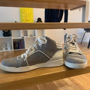 Gucci midhigh top sneaker i hvid og grå. Er en str 8 - passes af en 42. Brugt i en periode, men fremstår rigtig fint uden væsentlige brugstegn. Ny pris omkring 3700    Kvittering og tilbehør har vi ikke længere, men der er selvfølgelig serienummer og garanti for at varen er ægte :-)  (købt i Gucci i lufthavnen)