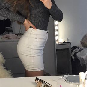 Hvid cowboy nederdel fra Vero Moda