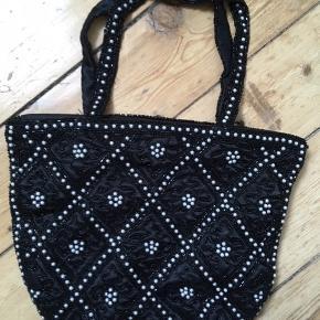 SUper fin perlebesat håndtaske, selskabstaske. Har lynlås foroven.  Aldrig brugt