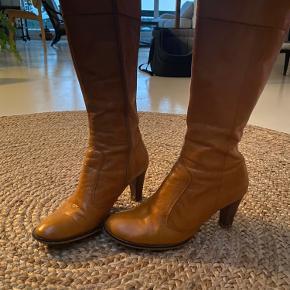 Super fine Sofie Schnoor cognac farvet støvler. Den ene hæl har noget slid. Men det kan laves ved en skomager.