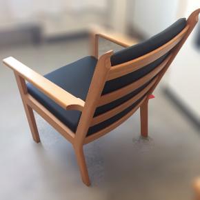 Dansk Design : Smuk lænestol fra Hans J Wegner . kun en lænestol . Udført i træ og sort læder  Stemplet i bunden  kan evt fragtes til Kbh 300kr Handler via fremmøde mobilepay bank Nypris : 16,800kr