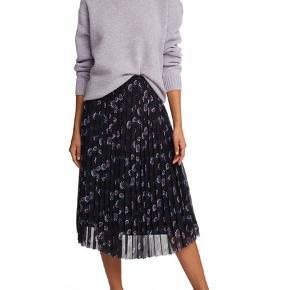 Skønneste og smukkeste midi nederdel fra Kenzo  Super flot print og med elastik i taljen.. nederdelen er foret med silke...  også fed til sneakers🤗 Nypris 3200,- Bytter ikke!