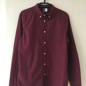 Flot bordeaux skjorte str. S i bomuld fra H&M sælges. Kun brugt få gange.Jeg sender gerne ved betaling med MobilePay.Porto DAO 38 kr. Se også mine andre spændende annoncer😊