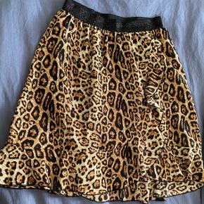 Smuk nederdel med flæse ned over midten. Som ny