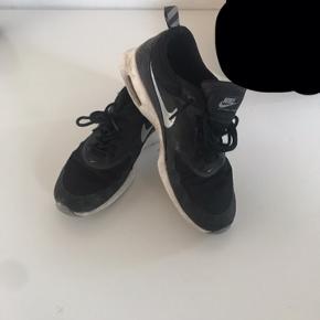 """Sort og hvid, str 38,5, modellen hedder """"Nike air max Thea"""""""