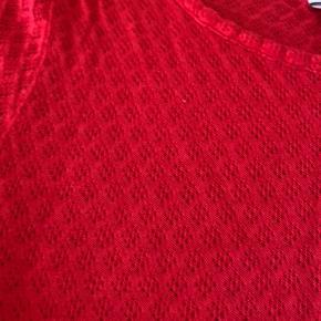 Hindbærfarvet t-shirt med hulmønster sælges. Perfekt til sommer og et par shorts. Har kun været i brug et par gange, og fremgår derfor som ny.