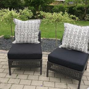 Loungestole fra IKEA. (Kungsholmen).  Kan bygges videre på den til det bliver f.eks en sofa. Siddepuder og rygpuder medfølger. Den ene stol har en lille fejl, som umiddelbart ikke betyder noget.