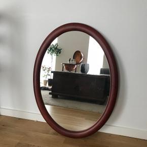 Fint ovalt træspejl med småskrammer i rammen. Måler 80 x 59 cm.