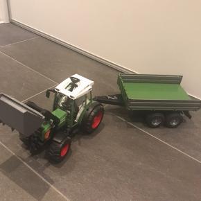 Bruder traktor med anhænger / trailer. Bagklappen mangler på traileren.  Mp. 150 kr.  Afh i 6710 eller 6705.