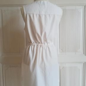 Sommerkjole, WEEKDAY, str. S, Hvid/offwhite, Næsten som ny Meget anvendelig og enkel spencer-agtig kjole med lynlås foran og regulerbar snøre i taljen. Stoffet falder meget blødt og let, da det består af 60% cupro (naturmateriale der minder om silke) og 40% polyester. Længde målt fra øverst på skulderen og ned: Cirka 83 cm. Eventuel fragt lægges oveni.