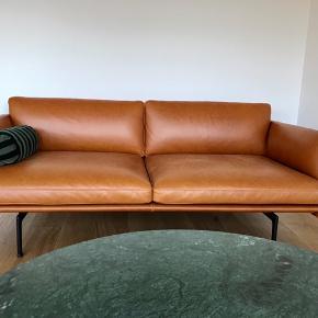 Spritny Muuto outline sofa i det blødeste, lækreste 'silk' læder i den bedste kvalitet.  Designet af de prisvindende arkitekter Anderssen & Voll.   Farve:  Cognac   Mål: Længde: 170 cm Dybde: 84 cm Højde: 69.5cm Siddehøjde 40cm  Sælges udelukkende pga. ombygning og derved pladsmangel  Nypris: 35.900,-