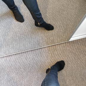 Buks med guld lynlås ved lommer og nederst ved foden indvendig, buks er str. 29/34. En dejlig og behagelig buks jeg har været glad for. Fejler intet udover de er god men brugt. Buksens sorte farve er blevet lys, derfor prisen.