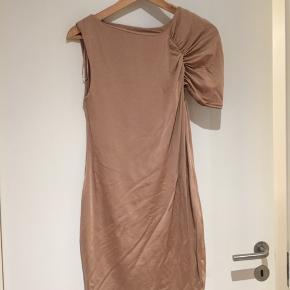 Fin asymmetrisk nude kjole fra H&M trend.