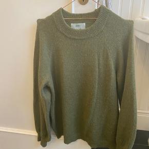 Fin strik fra moves by minimum i str M sælges i smuk grøn farve! Brugt 2 gange. Pæn stand. Materiale: 47% akryl 30% nylon 15% uld og 8% alpaca. Bytter ikke.