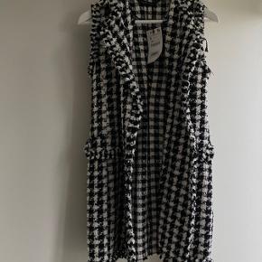Fin vest/kjole, som stadig er med prismærke! Lidt lille i det, derfor kan man sagtens også bruge den som en lang vest udover bukser! ✨