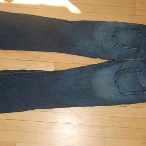 *Kommer fra hjem med kat*  Disse bukser er rigtig store i det. Jeg er en str. M og jeg kan næsten komme ned i dem. De er ligesom normale jeans og er i god stand.  Håber du kan bruge dem:)