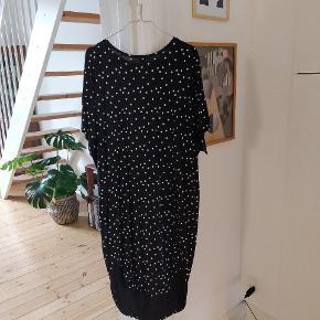 Din oversize kjole fra Monki med prikker. Perfekt til de varme sommerdage! Lidt længere bagpå ⚪⚫