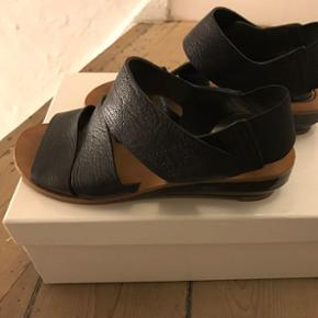 Igen billeder der ikke viser hvor lækre disse sandaler fra See by Chloe er. De skal prøves. Dustbag som er en lille rygsæk og kvittering og kasse følger med. Nypris var USD 321 fra den lille design boutique i NYC Otte.