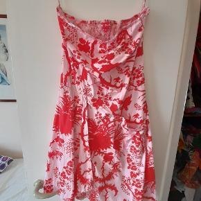 2 stk stropløse kjoler. De, er så smukke. Den sorte og metslluc er str small og den røde/pink er str L Pris 110  pr stk Seriøse bud modtages