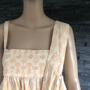 Yndig sommerkjole som sidder så fin på.  Brystmål 80 cm Længde 96 cm  100% bomuld