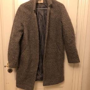 Uld jakke fra Envii. Lukkes med 2 knapper foran.