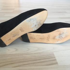 Sælger disse sko fra Chloé, da jeg ikke længere kan passe dem. Som set på billederne, er der næsten ingen slitage at se. Skoene er kun blevet brugt få gange, og fremstår derfor i god stand.   Den originale skoboks medfølger, men kvitteringen haves desværre ikke længere.   Skriv eventuelt for flere billeder.