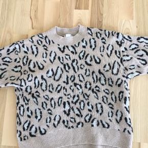 Lækker sweater fra H&M i str. XS. Brugt, men er i god stand 🏄🏻♀️ Kan afhentes i Mørkhøj eller sendes med DAO for 37 kr. 🌻