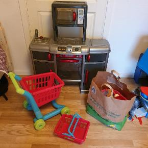 Lege køkken med indkøbs vogn, kurv og masser af lege mad.  Sender IKKE.  Kan afhentes  i taastrup