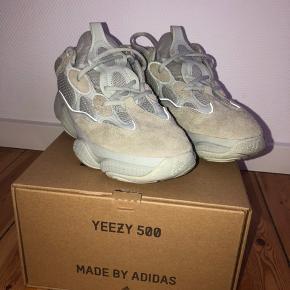 Yeezy 500 Salt str. 43 1/3 købt 4-12-18 hos Adidas, boks og kvit haves. Sender gerne flere billeder, hvis dette ønskes.