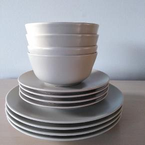 4 tallerkener, 4 frokosttallerkener, 4 skåle i beige farve
