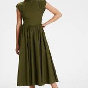 Virkelig smuk Gestuz kjole med den smukkeste ryg detalje. Er så fin med stiletter - og super cool med sneaks ✌🏼 Brugt én enkelt gang.  Sælger kun ved rette pris, ellers beholder jeg den selv. Passer str 36.