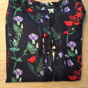 Super fin skjorte, som kun har været brugt lidt. Den er i 100 % silke.