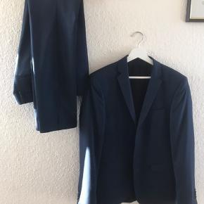Mega flot og velholdt jakkesæt, kun brugt meget lidt Bukser i str 44 og jakke i str 46